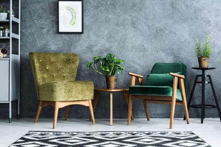 Appartement met moderne fauteuils en cyaan muur