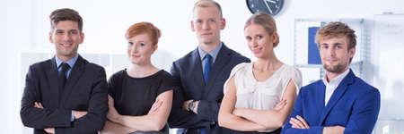 jovenes emprendedores: retrato panorámico de equipo de éxito de los jóvenes empresarios