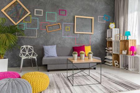 Salon moderne conçu dans les couleurs grises, roses et jaunes