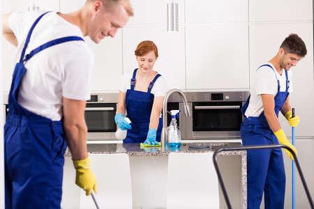 Equipo de limpiadores profesionales de limpieza de cocina