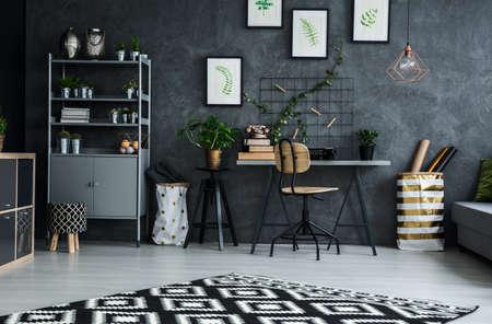 Multifunctionele woonkamer met cyaan muur