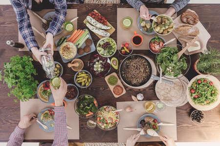 Verious vegetarische gerechten die op rustieke tafel, bovenaanzicht