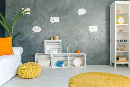 Home interior mit grauen Wand, weißen Möbeln und gelben Teppich Standard-Bild - 68230868