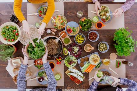 소박한 나무 테이블에 누워 다양한 채식 요리 스톡 콘텐츠