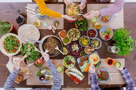 Gezonde en kleurrijke dieet maaltijd met vrienden, bovenaanzicht