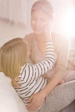 leucemia: Madre enferma de leucemia jugando con el niño
