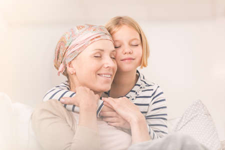 leucemia: El pequeño niño que cuida que abraza a su madre enferma con el pañuelo