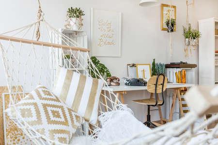Moderne Hängematte im Wohnzimmer Innenraum Lizenzfreie Bilder - 68553611