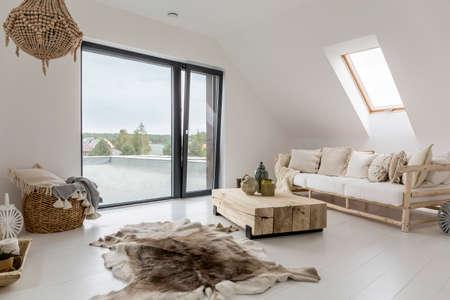 白い屋根裏部屋バルコニー付け木製の装飾品
