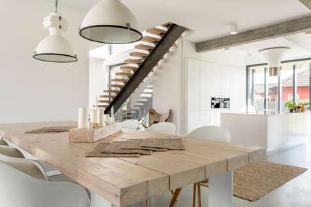 오픈 식당, 흰색 부엌, 계단 빌라