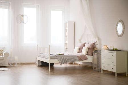 plat léger avec lit, commode, bibliothèque et canapé