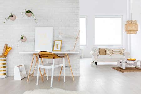 Ampio soggiorno interni con divano e scrivania Archivio Fotografico