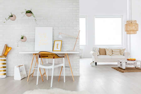 salon intérieur spacieux avec un canapé et un bureau Banque d'images
