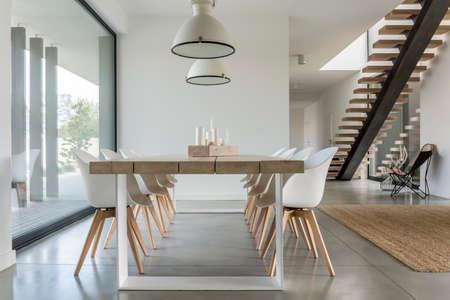 Esszimmer mit Fenster, Deckenleuchte und Treppe Standard-Bild - 68553711