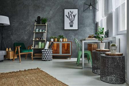 Zimmer mit dekorativem grauer Wand Stuck und Metallzubehör