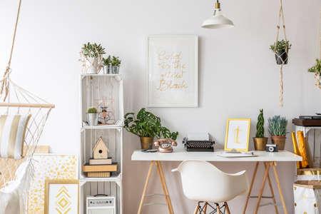 部屋のスタイリッシュな家具とゴールドのデザイン 写真素材