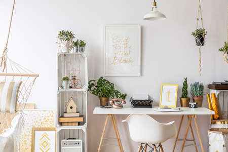 Zimmer mit Gold-Design und stilvollen Möbeln Standard-Bild - 68909145