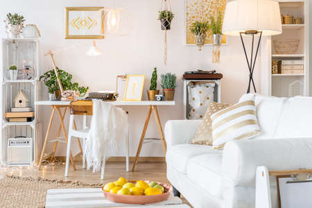 Amplio y funcional apartamento con decoraciones de oro Foto de archivo - 68909150