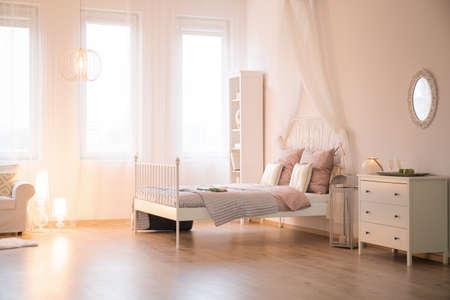 Appartamento con letto, finestra, divano e comò Archivio Fotografico - 68909161