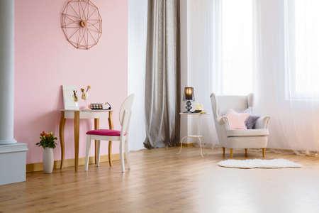 Roze kamer met een kaptafel, fauteuil en kolom