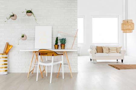 ワーキング エリア、ソファと明るいロフト アパート 写真素材