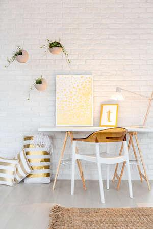 机と椅子と白のホーム オフィス エリア