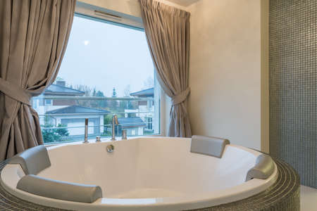 luxus: Well-lighted bathroom with luxurious jacuzzi