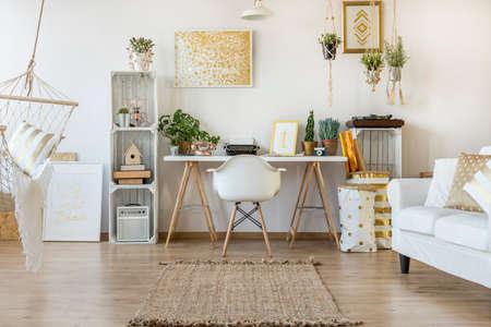 ホーム オフィス エリアと多機能ロフト アパート 写真素材