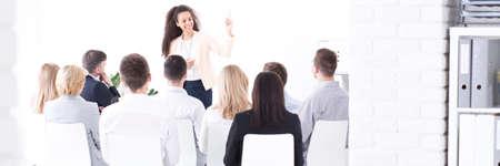 gestion empresarial: jefe de equipo joven que da una presentación a un grupo de empleados