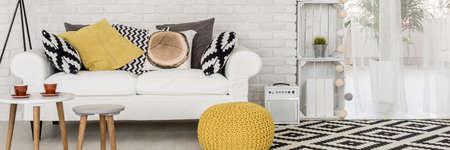 검은 색과 흰색 현대적인 인테리어에 노란색 세부 사항