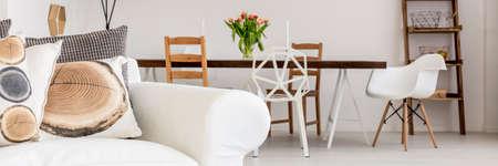 Panorama de interior blanco con decoración de madera