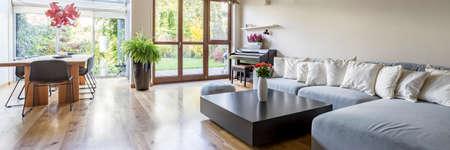 Interno Villa con ampio divano, tavolo, sedie e balocny Archivio Fotografico - 69166675
