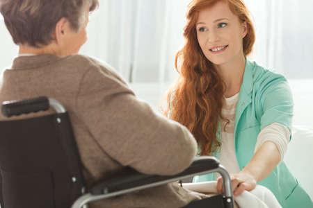 老婆を見て若い看護師の支援