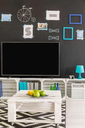 Multifunktionale Studentenwohnung Mit Tv Paletten Mobel Und Mauer