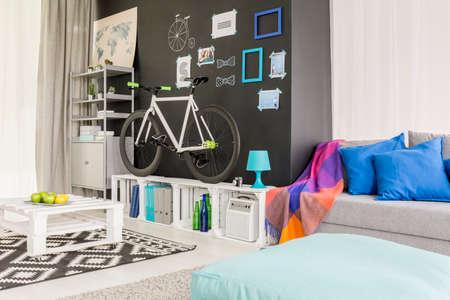 Stijlvolle zwart-wit woonkamer met een fiets en een sofa
