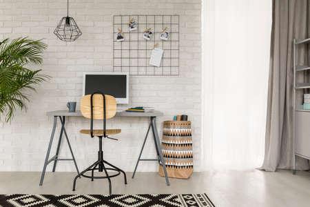 sala studio bianco, con dettagli decorativi in ??stile industriale