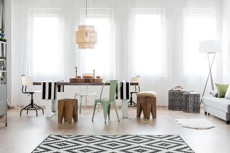Comedor luminoso con mobiliario moderno
