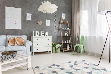 hacer: Moderno estudio con muebles en colores pastel y gran ventana Foto de archivo