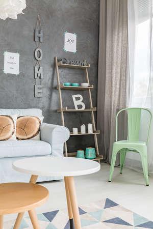 Zwei Kleine Tische Und Großes Sofa Im Modernen Wohnzimmer ...