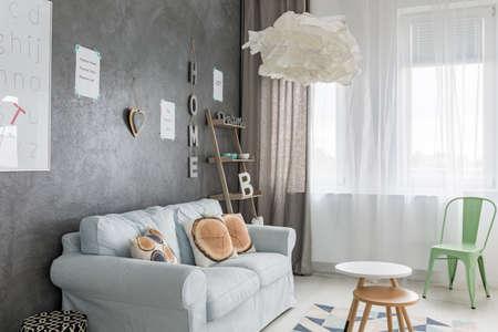 Accogliente soggiorno moderno con grande finestra Archivio Fotografico