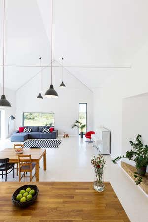 Appartamento al piano aperto Nuova luce design con divano, pianoforte, set da pranzo e piano di lavoro in legno Archivio Fotografico - 70023327