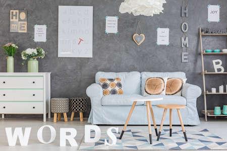 #70023346   Modernes Wohnzimmer Mit Grauer Wand Und Kreativem Zubehör