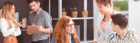 Jonge team van creatieve werknemers in een kantoor Stockfoto