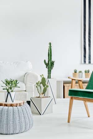 Helder en gezellig interieur met wit meubilair Stockfoto