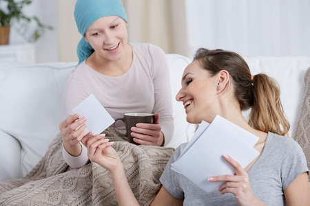Cancer woman and her sister spending time together Imagens - 70228897