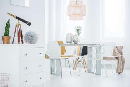 Blanco, plano funcional con tocador, mesa de comedor y sillas Foto de archivo - 70228960