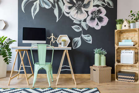Spacieux bureau moderne de la maison conçue avec tableau noir décoré Banque d'images - 70228971