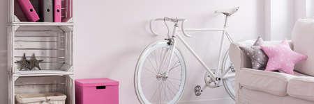 #70237215   Trendiges Minimalistisches Zimmer Mit Weißem Retro  Fahrrad
