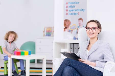 terapia ocupacional: Terapeuta de la mujer que lleva la terapia ocupacional para niños con TDAH Foto de archivo