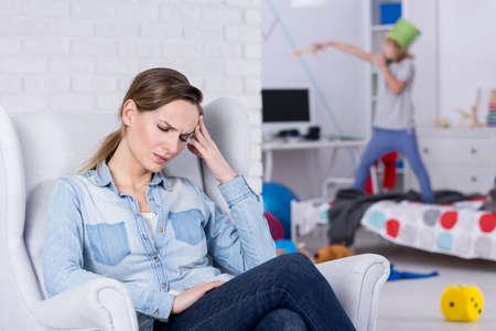 Madre stanca del bambino iperattivo che ha mal di testa Archivio Fotografico - 70450845